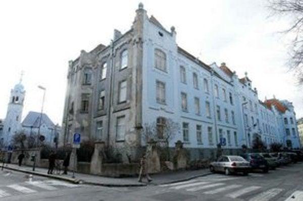 Modro-biela fasáda Gymnázia na Grösslingovej ulici sa na niektorých miestach olupuje, oveľa horšie sú na tom ostatné časti budovy. Sivá farba fasády kontrastuje s miestami, kde opadaná omietka odhalila holé múry. Na stenách sú praskliny, niekde ich dopĺň
