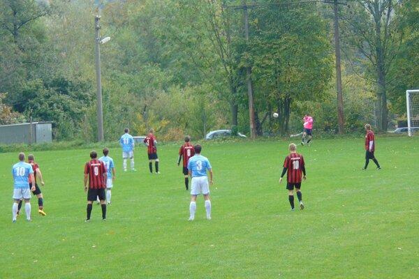 Brestovec (v modrom) nastrieľal Pobedimu úctyhodných jedenásť gólov.