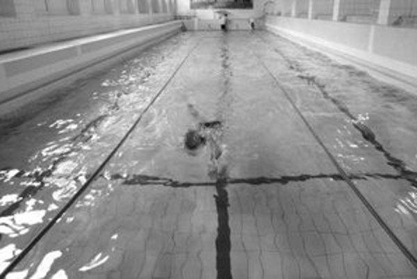 Gymnázium Ladislava Novomeského na Tomášikovej je v súčasnosti jedinou strednou školou v Bratislave, ktorá svoj bazén aj prevádzkuje. Bazén má 32 rokov, 25 metrov, tri dráhy.