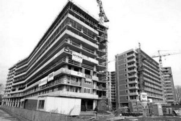 Ani odborníci nevedia odhadnúť, koľko bytov by sa v Bratislave muselo postaviť, aby ich ceny prestali rásť.