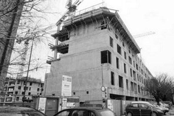 Obyvatelia z okolia stavby na Trnavskej ceste sa sťažujú na nadmerný hluk z výstavby aj mimo pracovných dní. Ozvenou sa šíri až po Haburskú a Tokajícku ulicu.