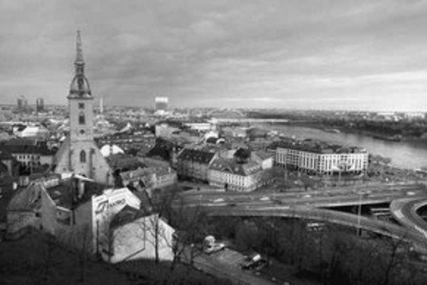 Bratislavská samospráva funguje podľa zákona o Bratislave. Roky sa čaká no nový zákon, ktorý by lepšie prerozdelil právomoci medzi mesto a mestské časti. Do parlamentu sa však namiesto nového návrhu dostala len novela, ktorá nerieši veci systémovo.