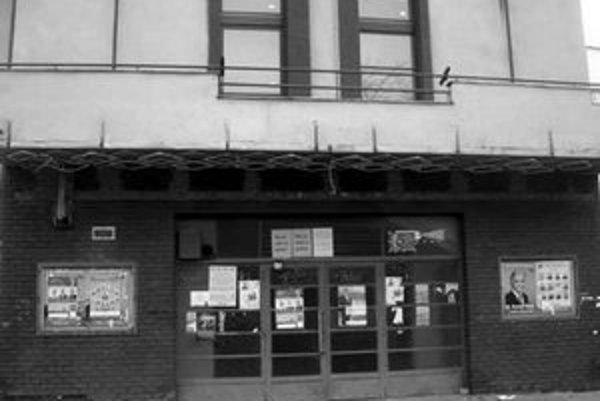 Kino Nádej, ktoré si Račania postavili svojpomocne v roku 1940, pravdepodobne mestská časť predá.