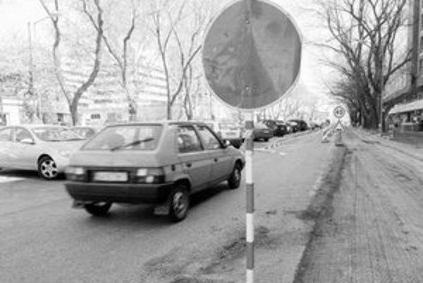 Rozkopávka na Trenčianskej ulici potrvá do 20. mája. Ľuďom, ktorí pracujú vo firmách v okolí, sa ešte ťažšie hľadá miesto na parkovanie.
