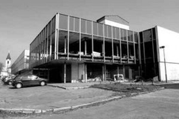 Lamač chcel najprv budovu prenajímať, potom predať na verejnoprospešné účely, dodnes sa to však nepodarilo.
