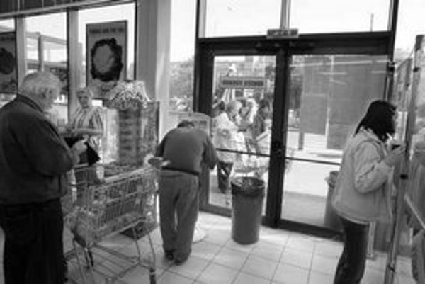 Prístup k únikovému východu zužuje automat, stojan na tikety a kôš. Dvere blokujú aj predlžovacie káble.
