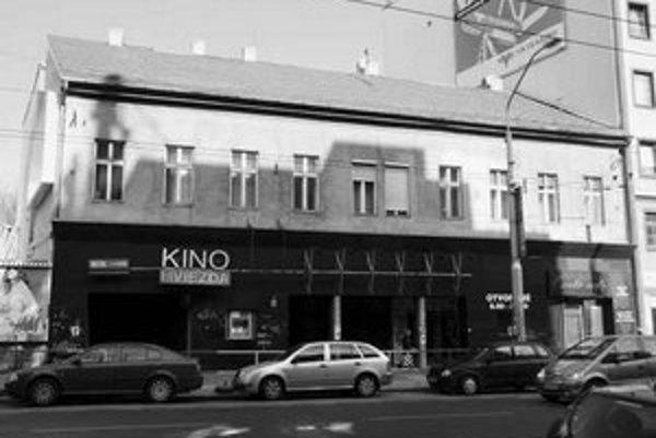 Kino Hviezda mesto predalo spoločnosti Bioscop, ktorá vyriešila problém s nájomníkmi. Tí dali mesto na súd za to, že im neumožnilo odkúpiť byty v objekte. Podobný problém má mesto aj s objektom Grösslingu, kde sú okrem plavárne aj byty.