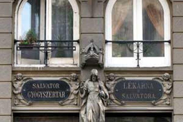 Budovu na Panskej 35 dal pred sto rokmi postaviť lekárnik Adler v historizujúcom štýle práve preto, aby v jej prízemí mohol umiestniť nábytok a zariadenie unikátnej lekárne, ktorá bola v 18. stor. v jezuitskom kolégiu na Kapitulskej.
