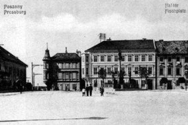 Na pohľadnici z r. 1905 vidieť časť niekdajšieho Rybného námestia, vľavo je Meštiansky pivovar, postavený v r. 1772.