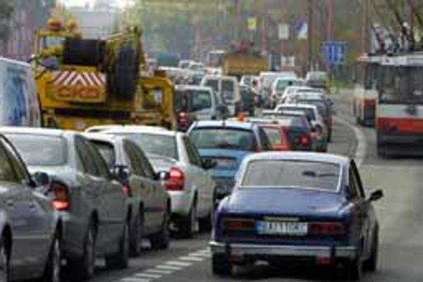 Autá na Prievozskej často tesne minú chodcov. Tí bezhlavo vchádzajú do premávky, aby sa dostali na druhú stranu. Prispievali k tomu aj chýbajúce svetlá v podchodoch.
