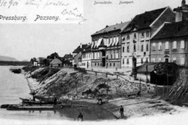 Ako potvrdzuje historická fotografia, aj v priestore Vydrice bolo na brehu Dunaja prístavisko.