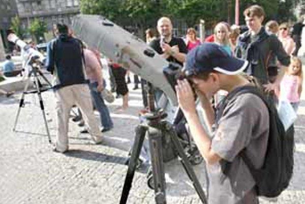 Cez deň pohľad na slnečné erupcie, v noci na hviezdy. Pred Národným múzeom na nábreží mohli záujemcovia sledovať vesmír pomocou špeciálneho astronomického ďalekohľadu.