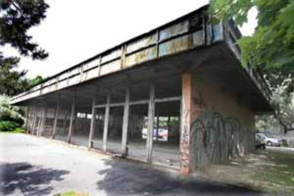 V rozpadnutej budove bývalej samoobsluhy sa objavili potkany, majiteľ neurobil povinnú deratizáciu.