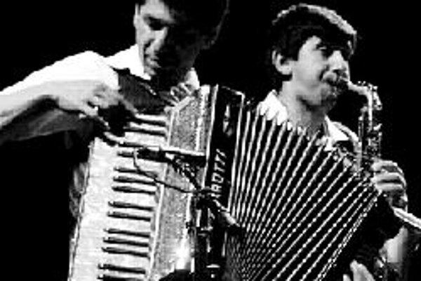 Phurikane giľa v klube Za zrkadlomProjekt Phurikane giľa mapuje a zviditeľňuje staré rómske piesne. Na koncerte v klube Za zrkadlom zaznejú strhujúce tanečné piesne v bohatom inštrumentálnom prevedení kapely Radišágos (Radosť) z Prakoviec, populárnych S