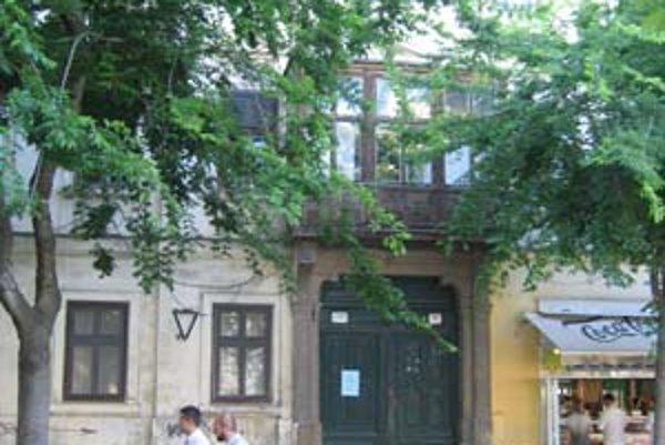 Citlivým problémom v Starom Meste sú odpredaje domov s nájomnými bytmi, ako je dom na Hviezdoslavovom námestí 16.