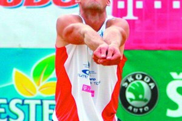 Dominik Mračko na minuloročnej Elite Beach Tour. Spolu s Michalom Litvom sa stali jej víťazmi. Medzi ženami zvíťazila dvojica Gabriela Tomašeková – Danica Repáková.