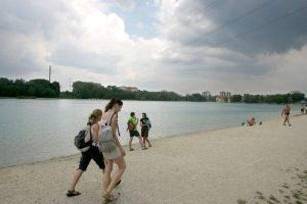 Voda v Draždiaku dlhodobo vyhovuje normám na kúpanie, hendikepom jazera je elektrické vedenie. Jeho prekládka sa nechystá ani tento rok.