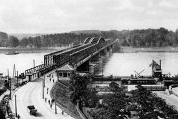 Pevný most cez Dunaj začali stavať v auguste 1889 pod vedením inžiniera Francoisa de Salez Cathryho a už 30. decembra 1990 ho cisár František Jozef I. odovzdal verejnosti.