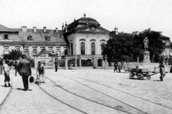 Pôvodný letný záhadný Grassalkovichov palác postavil po roku 1760 pre grófa Antona Grassalkovicha viedenský architekt František Anton Hillebrand.