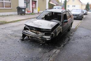 Na Lúčnej ulici zostal ráno ohorený vrak.