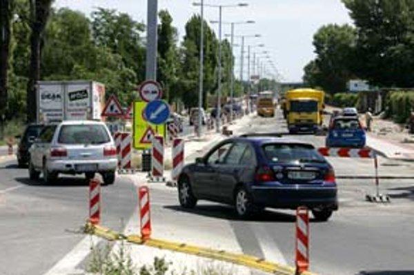 Rozšírený úsek Prístavnej ulice ešte nie je hotový, hoci tento týždeň sa malo po ňom už jazdiť. Keď ho otvoria, doprava sa sem presunie a opravia pôvodnú vozovku.