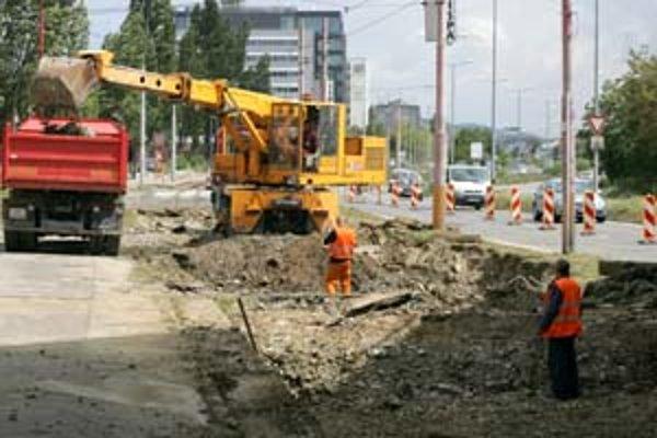 Časť Račianskej ulice je zúžená pre opravu električkových koľajníc.