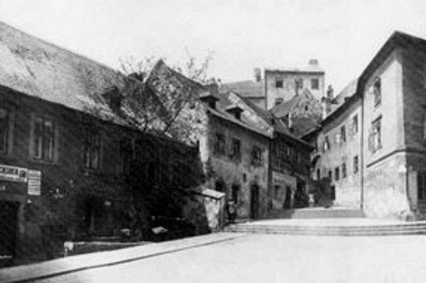 Jeden z najstarších vstupov do areálu Hradu viedol cez gotickú bránu, postavenú roku 1437 v čase vlády kráľa Žigmunda Luxemburského. K nej viedla už v 15. storočí ulička so schodmi, ktorá dostala názov Zámocké schody. Jej začiatok vidieť na pohľadnici pri