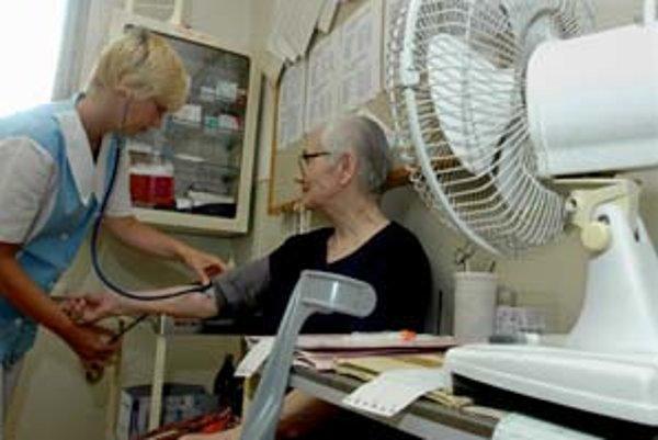 Lekári sa snažia v prehriatych ambulanciách ochladzovať prievanom, alebo si nosia z domu ventilátory. Nemocnica ich k dispozícii nemá.