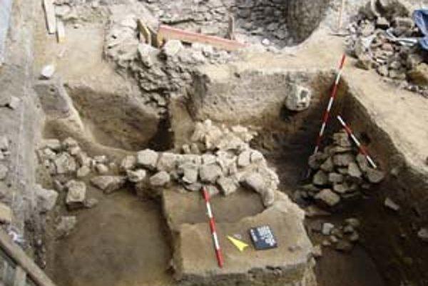 V záhrade západne od kostola klarisiek prebieha archeologický výskum. K najväčším objavom patrí opevnenie keltského oppida (na fotografii jeho odkrytá časť).