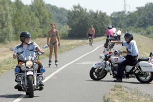 Policajti na motorkách sa zdržiavajú najmä pri odbočení z cesty na hrádzu. Tadiaľto sa na hrádzu snažia dostať autá či motorky.