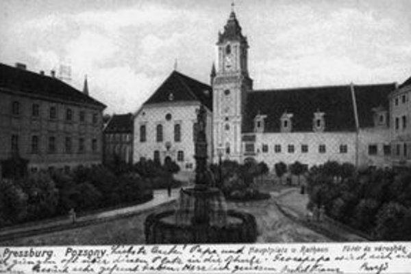 """Najvýznamnejšou svetskou budovou v stredovekých mestách bývala vždy radnica. V Prešporku sa stal radnicou """"nový dom s vežou"""", ktorý bol pôvodne domom richtára Jakuba."""
