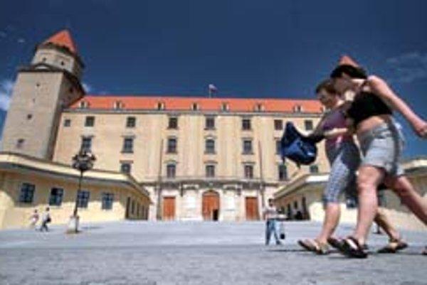 Hrad stále zostáva najobľúbenejšou pamiatku v meste. Bratislavu v minulom roku navštívilo spolu vyše 686-tisíc ľudí, z toho zahraničných turistov bolo takmer 455-tisíc. Čísla za tohtoročnú letnú sezónu budú k dispozícii v októbri.