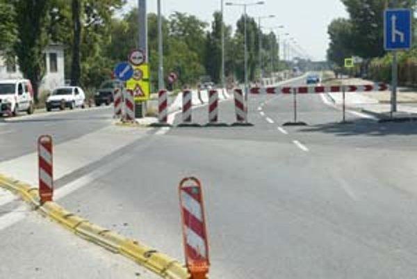 Ani dva týždne po posunutom termíne sa po novom úseku Prístavnej ulice nejazdí.