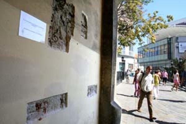 Na vnútornom múre barbakanu na Michalskej našli pamiatkari zamurované otvory, viditeľné ešte pred päťdesiatimi rokmi. Investori revitalizácie priekopy ich chcú znova vybúrať.