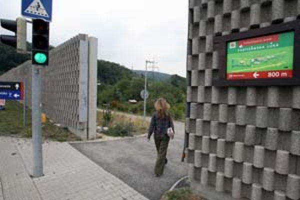 Chodník vedie od parkoviska pri lamčskom Tescu po Partizánsku lúku. Vstup naň je označený informačnou tabuľou, nachádza sa po pravej strane hypermarketu neďaleko autobusových zastávok.