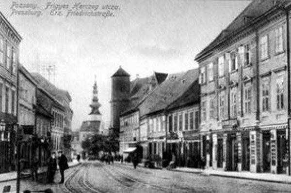 Zhruba pred sto rokmi sa núkal chodcovi kráčajúcemu po dnešnej ulici Suché Mýto takýto pohľad na Michalskú vežu.