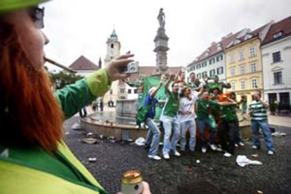 Íri sa sústredili na Hlavnom námestí. Skandovaním sa snažili upozorniť na seba hlavne okoloidúce slečny.