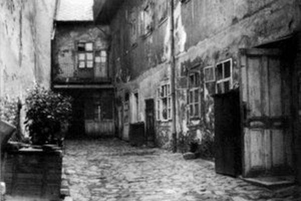 Takýchto dvorov bolo na Dunajskej ulici plno. Dvory si obyvatelia dláždili sami.