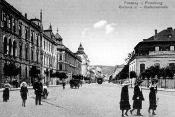 Blok domov vľavo dal na Štefánikovej ulici po výhre veľkej sumy vo viedenskej lotérii postaviť rukavičkár Svetlík. V roku 1879 začala stavať firma Kittler a Gratzl.