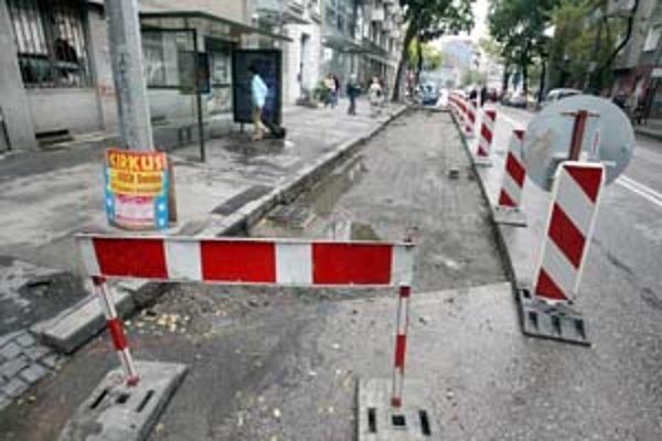 Oprava zastávky na Záhradníckej ulici by sa mala skončiť zajtra ráno. Asfalt vyjazdený od brzdiacich trolejbusov nahradí betón, ktorý je odolnejší.