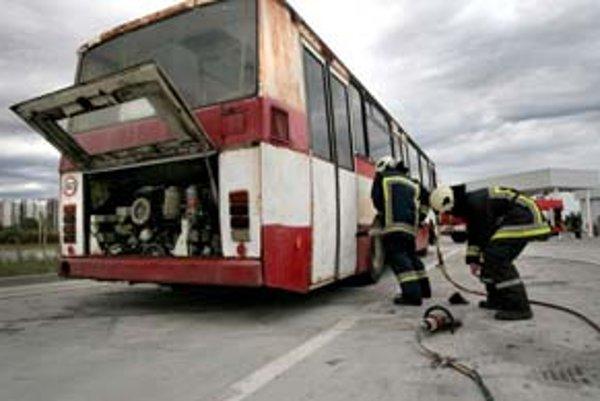 V lete absolvovali hasiči a dopraváci cvičný zásah pri požiari autobusu na plynový pohon.