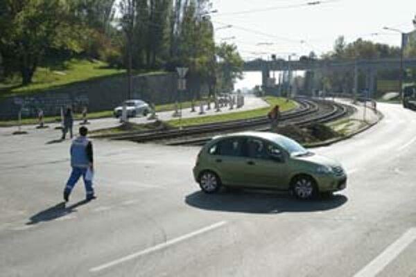 Svetlá na Karloveskej – Kuklovskej budú riadiť aj prejazd cez električkovú trať. Blízky nadjazd je skôr parkoviskom.