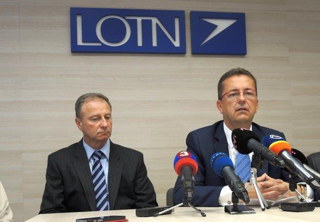 Zľava generálny riaditeľ LOTN Milan Mutala a minister obrany Martin Glváč.