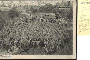 Vojenský obrazový poštový lístok nemeckej armády - nástup vojenskej cyklistickej jednotky nemeckej armády v plnej zbroji.
