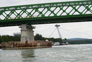 Pokračovanie výstavby Starého mosta na Dunaji v Bratislave.