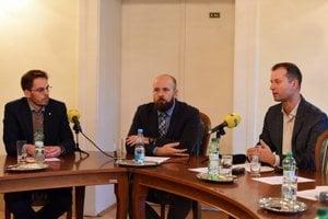 Zľava Pavel Sibyla z Nadácie zastavme korupciu, primátor Trnavy Peter Bročka a riaditeľ TIS Gabriel Šípoš.