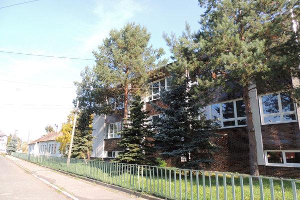 Základná škola v obci Brehy, vedľa nej má vzniknúť škôlka.