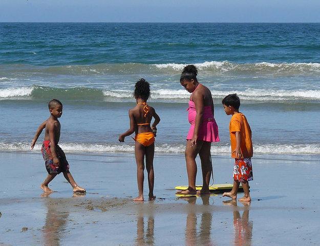 Deti na pláži v Kalifornii.