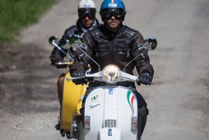 """Je to už 70 rokov, čo skúter uzrel svetlo sveta a jazda na tomto oplechovanom, kapotážovanom motocykli sa stala symbolom voľnosti, slnka a talianskeho životného štýlu """"LA DOLCE VITA """"."""