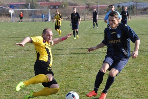 Matúš Bartoš (vpravo) strelil víťazný gól Trstenej.